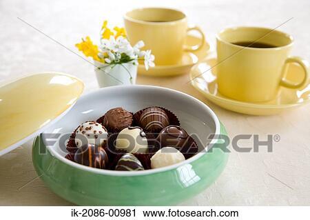 banques de photographies chocolats bol et tasse caf sur table ik 2086 00981. Black Bedroom Furniture Sets. Home Design Ideas