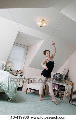 Stock afbeeldingen tiener meisje leeftijd 17 in slaapkamer ballet dansen student j10 - Slaapkamer tiener meisje foto ...