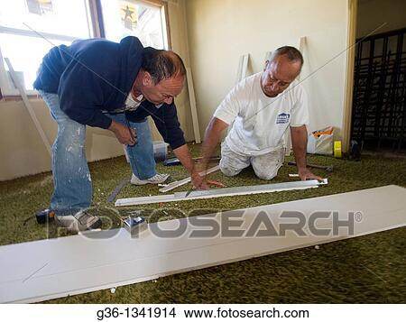 stock foto aufbau arbeiter reparatur a foreclosed eigenheim dass euch vandalized in. Black Bedroom Furniture Sets. Home Design Ideas