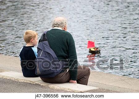 Stock afbeeldingen 4 jaar oud jongen en zijn opa zeilend een speelgoed boot op een - Deco slaapkamer jongen jaar oud ...
