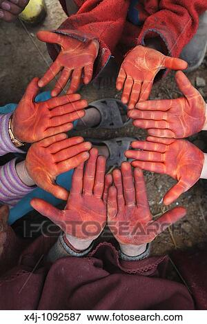 image enfants coloration leur main rouges henn - Henn Coloration