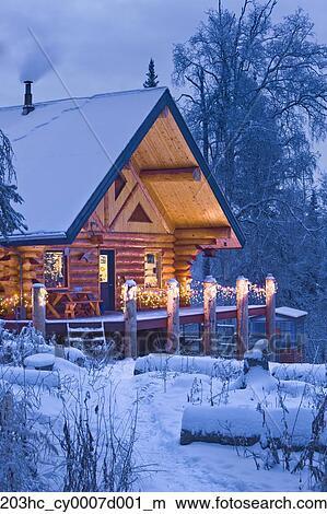 Colecci n de foto apunte caba a en el bosque adornado con luces de navidad en - Cabana invierno ...