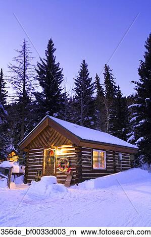 Colección de foto   feriado, adornado, cabaña, en, nieve cubrió ...