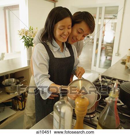 免版税(rf)类图片 - 夫妇, 在中, 厨房, 人, 拥抱, 妇女, 从后面.图片