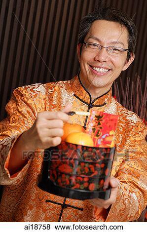 Immagini uomo in tradizionale cinese abbigliamento for Casa tradizionale cinese