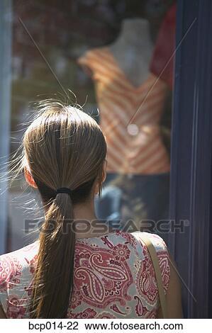 Banque de photo a femme admirer habillement dans a for Habillement de fenetre