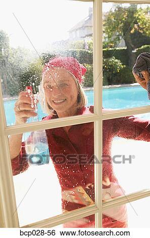 Banque d 39 images femme nettoyage fenetres bcp028 56 for Nettoyage de fenetre