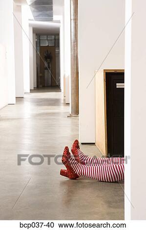 Stock fotografie koerper liegen auf b ro boden for Boden liegen