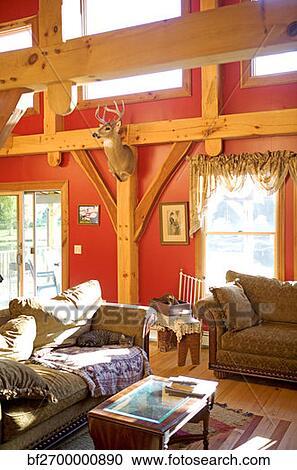 stock fotografie rosa hartholz wohnzimmer mit ausgesetzt balken bf2700000890 suche. Black Bedroom Furniture Sets. Home Design Ideas