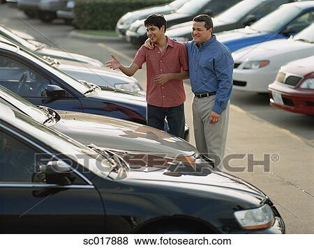 images vendeur voiture et client cueillette dehors a voiture sc017888 recherchez des. Black Bedroom Furniture Sets. Home Design Ideas