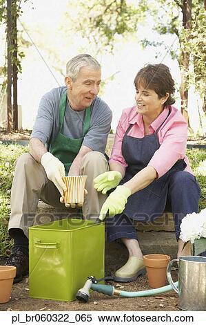 banque d 39 image personne agee hispanic accouplent jardinage pl br060322 065 recherchez des. Black Bedroom Furniture Sets. Home Design Ideas