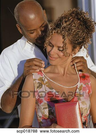 ... mann, brust, und, mann, küssen, frau, kopf. Fotosearch - Suche
