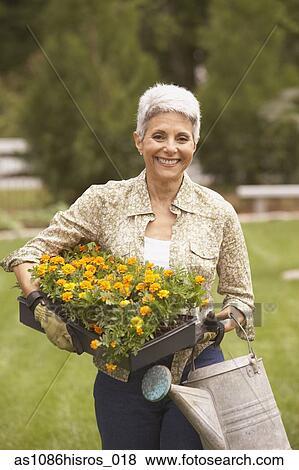 images personne agee femme hispanique jardinage as1086hisros 018 recherchez des photos. Black Bedroom Furniture Sets. Home Design Ideas
