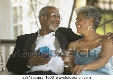 banque d 39 images personne agee africaine couple dans robe formelle cadeau et cocktail. Black Bedroom Furniture Sets. Home Design Ideas