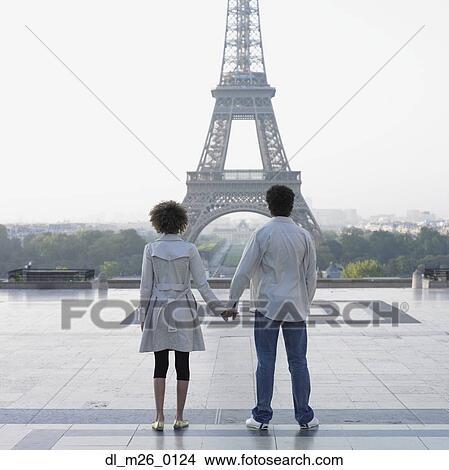 banque de photo mains tenue couple et regarder tour eiffel dl m26 0124 recherchez des. Black Bedroom Furniture Sets. Home Design Ideas