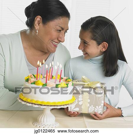 Banque d 39 image hispanique grand m re et petite fille g teau anniversaire et cadeau - Cadeau anniversaire grand mere ...