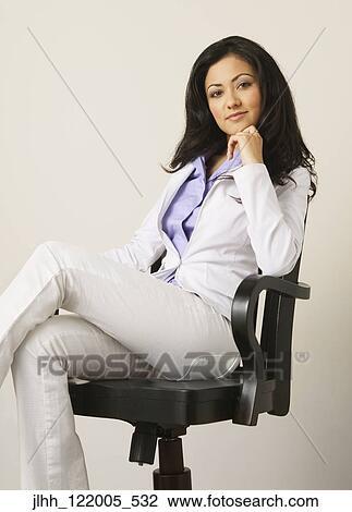 Colecci n de foto hispano mujer de negocios se sentar for Ver videos porno en la oficina
