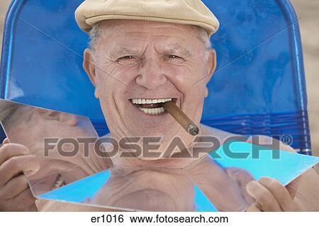 Les hommes fumant des images