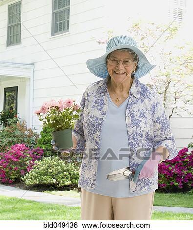 banque d 39 images personne agee femme hispanique jardinage bld049436 recherchez des photos. Black Bedroom Furniture Sets. Home Design Ideas