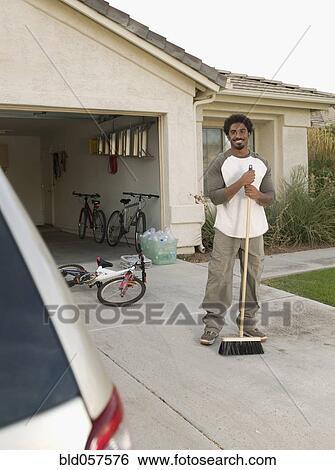 Archivio di immagini uomo africano spazzatura strada for Diritto di passaggio su strada privata