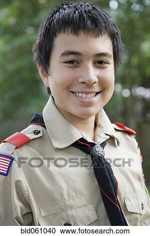 Garçon scout uniforme flèche de lumière