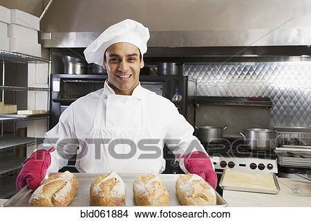 Stock foto spaans mannelijke bakker holdingsdienblad van vers brood bld061884 zoek foto - Kamer van brood ...