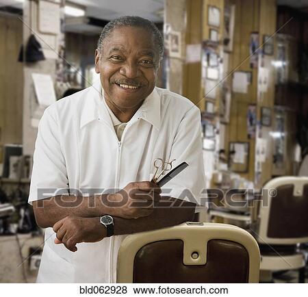 Images africaine coiffeur dans salon coiffure for Salon coiffure africain