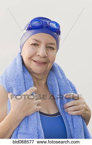 Immagine donna hispanic in costume da bagno con asciugamano bld068577 cerca archivi - Costume da bagno inglese ...