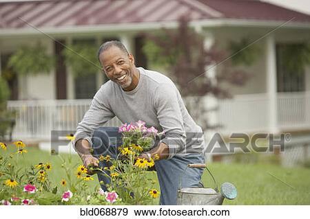banque de photographies personne agee homme africain jardinage bld068879 recherchez des. Black Bedroom Furniture Sets. Home Design Ideas