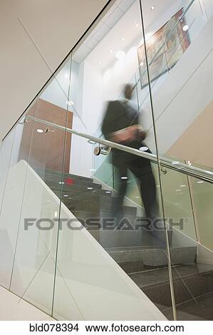 banque de photo am ricain africain homme affaires descendre escalier bld078394 recherchez. Black Bedroom Furniture Sets. Home Design Ideas