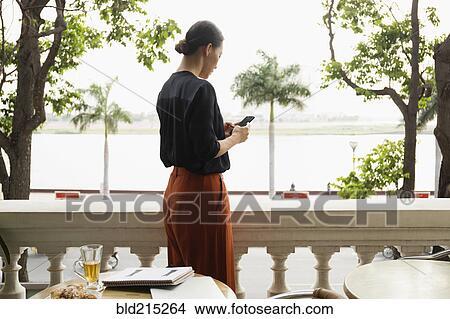 stock foto asiatische gesch ftsfrau gebrauchend. Black Bedroom Furniture Sets. Home Design Ideas
