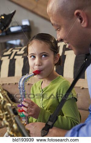 父亲和女儿, 玩萨克斯管, 一起图片