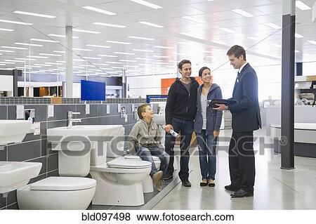 Images vendeur parler famille hispanique dans salle - Vendeur de salle de bain ...