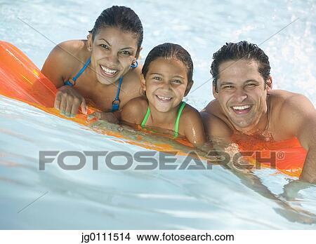 Banque de photo jeune couple et leur enfant reposer une matelas pneumatique sourire - Matelas pneumatique enfant ...
