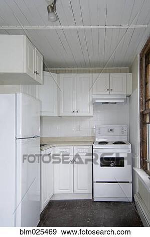 Stock fotografie een klein kombuis keuken in een oud flat blm025469 zoek stock - Kombuis keuken ...