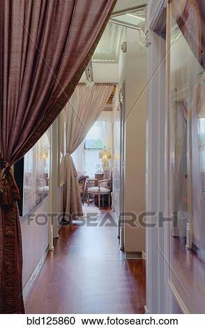 banques de photographies rideaux dans couloir de. Black Bedroom Furniture Sets. Home Design Ideas