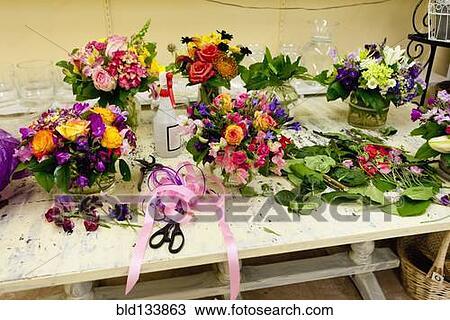 stock foto blumengestecke auf arbeit tisch in blumenh ndler bld133863 suche stock. Black Bedroom Furniture Sets. Home Design Ideas