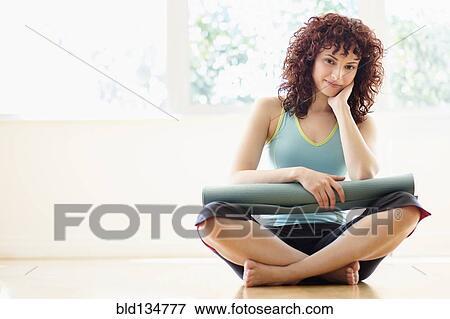 image femme hispanique tenue natte yoga sur plancher bld134777 recherchez des photos. Black Bedroom Furniture Sets. Home Design Ideas