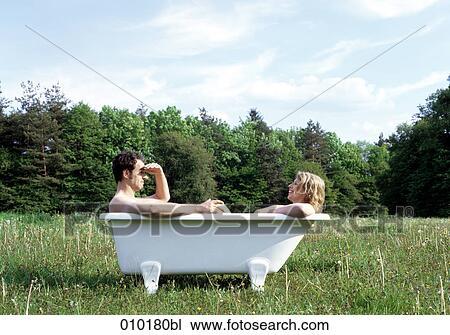 stock foto p rchen sitzen in a badewanne drau en. Black Bedroom Furniture Sets. Home Design Ideas
