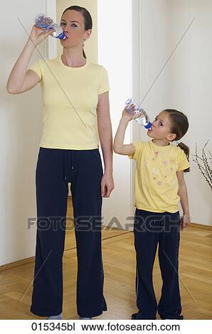 肖像, 在中, 妈妈, 同时,, 很少, 女儿, 饮用水, 从, 塑料瓶子