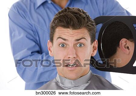 Archivio di immagini uomo esaminare taglio capelli in for Specchio uomo