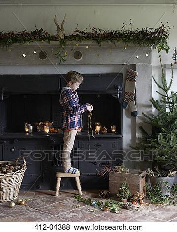 Bilder - junge, dekorieren, weihnachten, kaminofen 412-04388 ...