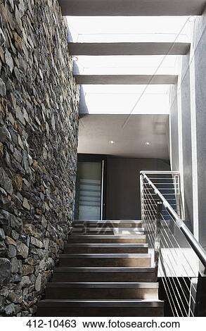 Stock foto treppe und steinmauer in modernes haus for Modernes haus treppe