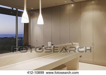 Archivio fotografico lavandino e pendente luci in moderno bagno 412 10899 cerca - Lavandino bagno moderno ...