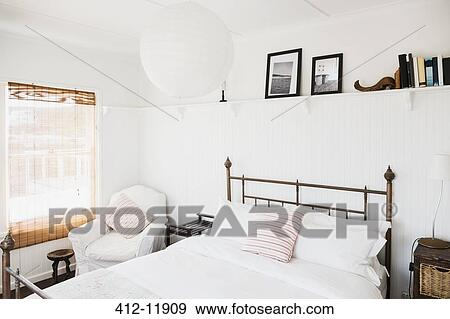 Stock fotografie plank boven bed in witte for Plank boven bed
