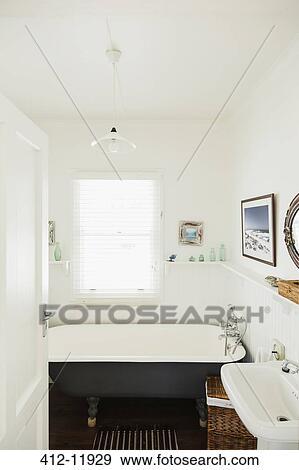 banque de photographies pied griffe baignoire dans luxe salle bains 412 11929 recherchez. Black Bedroom Furniture Sets. Home Design Ideas