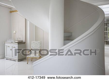 banque de photographies escalier spirale dans luxe foyer 412 17349 recherchez des photos. Black Bedroom Furniture Sets. Home Design Ideas