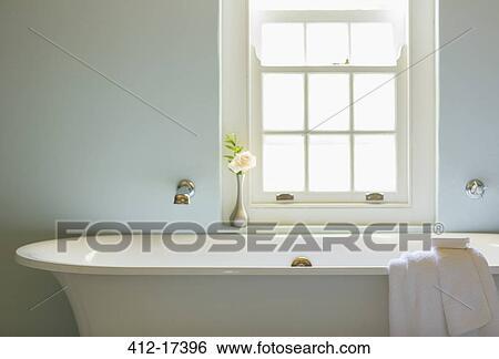 Archivio di immagini   ammollo, vasca, sotto, finestra, in, lusso ...