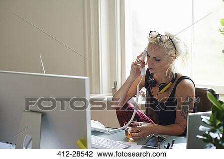Colecci N De Foto Mujer Joven Con Auriculares Y