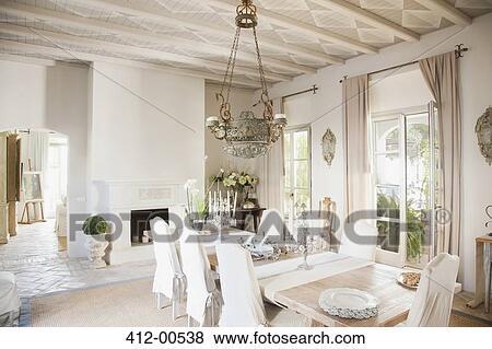 bilder kronleuchter hin ber e tisch in luxus esszimmer 412 00538 suche stockfotos. Black Bedroom Furniture Sets. Home Design Ideas